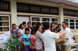 The donation was handed to Mrs. Ida Ayu Intaran, the head of Tat Twam Asi
